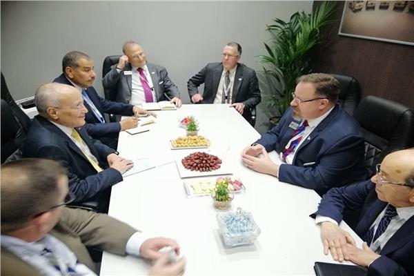 وزير الإنتاج الحربييجتمع برئيس شركة أوشكوش الأمريكية