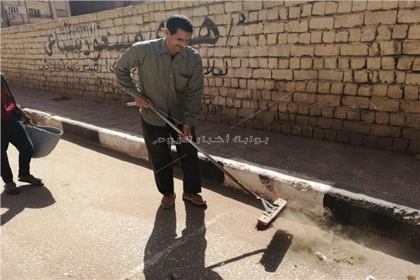 أحد أعمال حي شرق أثناء تنظيفه الشوارع