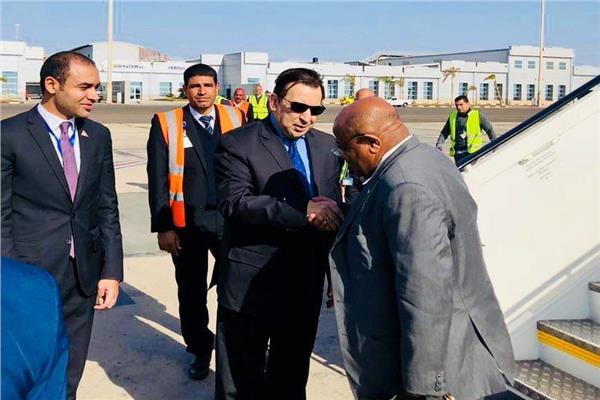 وزير خارجية جزر القمر فور وصوله مطار شرم الشيخ