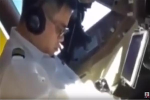طيار صيني نائم والطائرة تحلق بالسماء