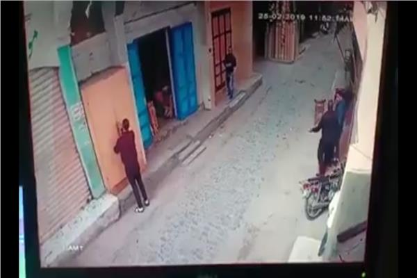 بالفيديو .. هرولة اصحاب المحلات بقطور وبسيون لغلقها