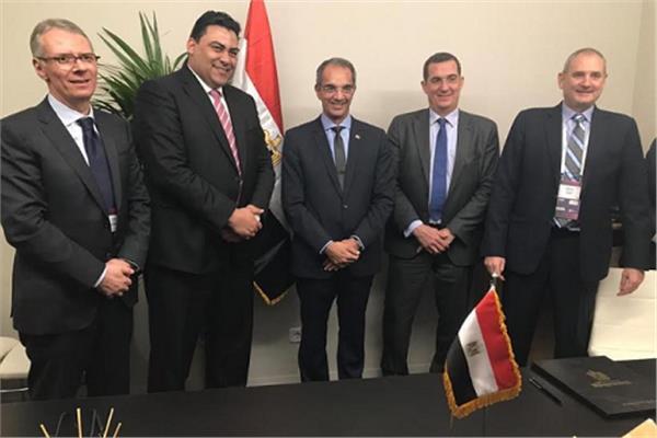 وزير الاتصالات ورئيس المصرية للاتصالات ورئيس نوكيا العالمية عقب التوقيع