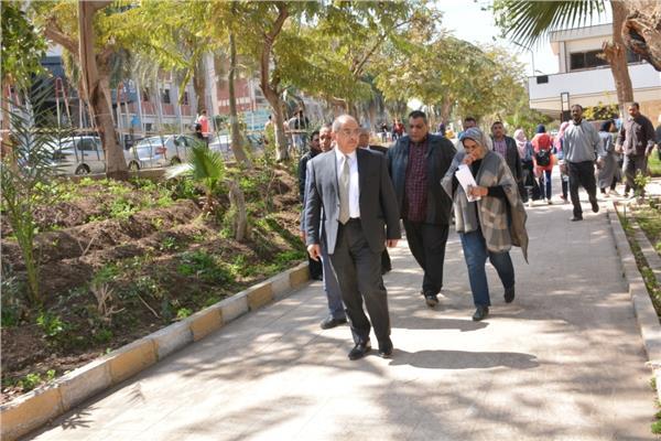 د. طارق الجمال رئيس جامعة أسيوط   في جولة على صالات الامتحانات