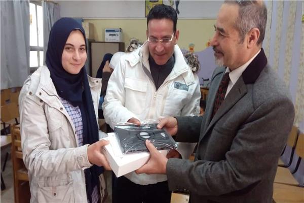 صور  توزيع  68 ألف تابلت على الطلاب المدارس بالجيزة والمحافظ يتابع نسب التوزيع