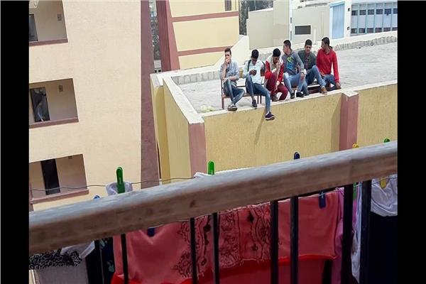 طلاب قطور الثانوية اعلي سطح المدرسة .. يتشمسون ويدخنون ويدخلون علي مواقع التواصل