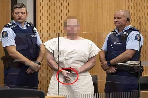 سفاح مسجدي نيوزيلندا يشير يشارته العنصرية