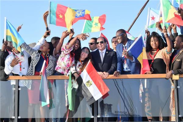 الرئيس السيسي وعدد من الشباب المشارك في الملتقى