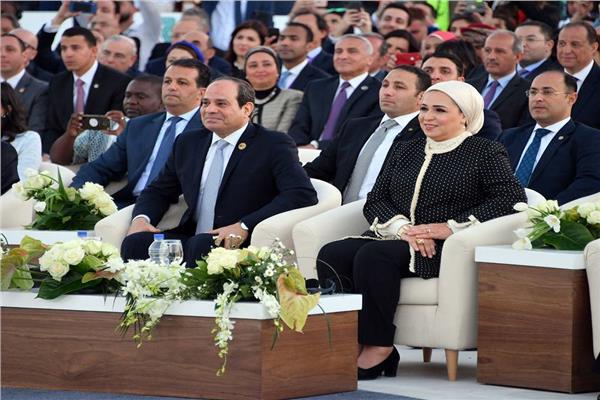الرئيس السيسي والسيدة انتصار السيسي خلال افتتاح الملتقى