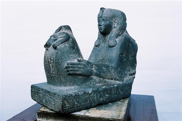 تمثالان من «خبيئة الكرنك»