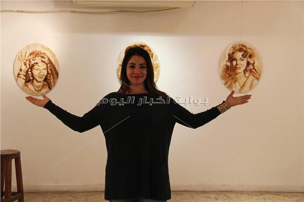 سارة مع لوحات القهوة