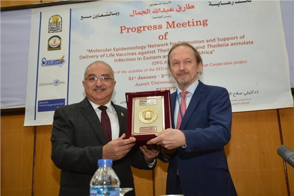 صورة لرئيس جامعة أسيوط مع بروفسير الماني