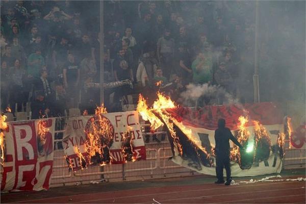 حرق أعلام أولمبياكوس خلال اللقاء