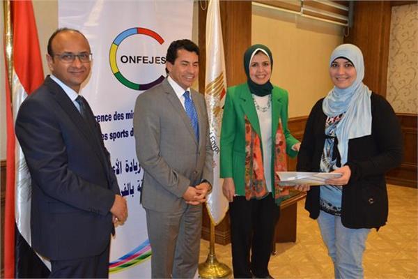 وزير الشباب يسلم الدفعة الأولى من تمويل المشروعات الصغيرة