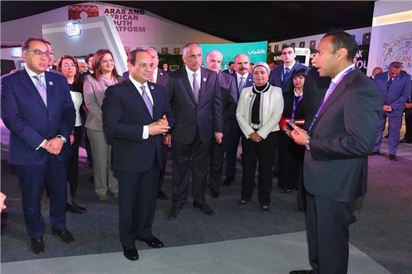 السيسي خلال تفقدة جناح بنك مصر