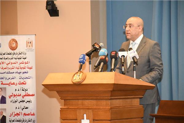 وزير الاسكان خلال القاء كلمته بالمؤتمر