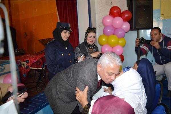 مدير امن البحيرة يشارك امهات دور المسنين عيدهم