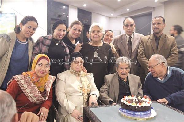 الكاتب الصحفى حسين قدرى وزوجته يحتفلان بعقد القرآن