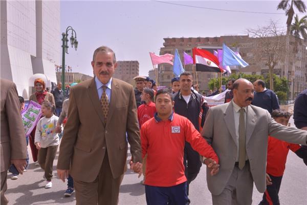 محافظ أسيوط اللواء جمال نور الدين مع تلاميذ داون