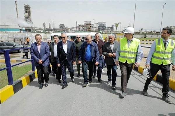 أعضاء لجنة الصناعة بمجلس النواب بصحبة الفريق مهاب مميش