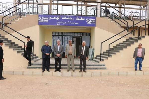 محافظ جنوب سيناء يتفقد مضمار الهجن بشرم الشيخ