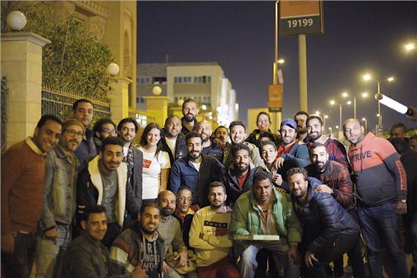 """أسرة """"قمر هادي"""" تفاجئ المخرج بالاحتفال بعيد ميلاده"""