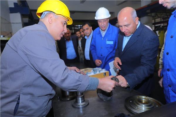 وزير النقل كامل الوزير خلال جولته بورش محطة مصر
