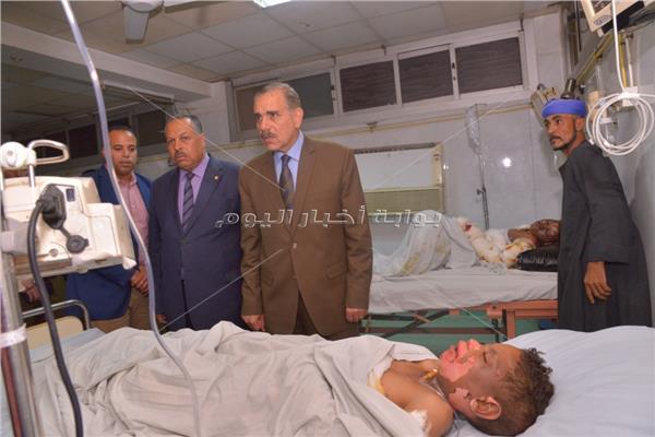محافظ أسيوط يزور الأطفال المصابين