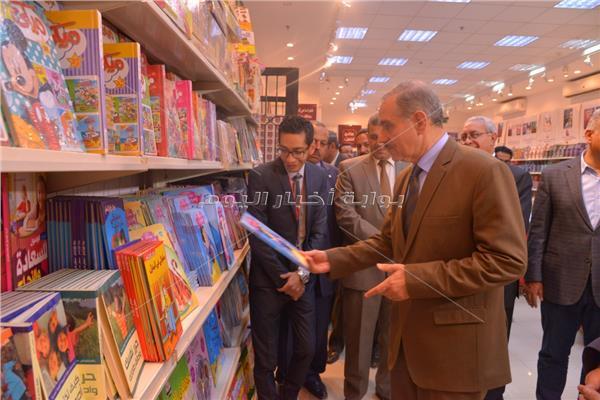 اللواء جمال نور الدين محافظ أسيوط  يفتتح معرض عصير كتب