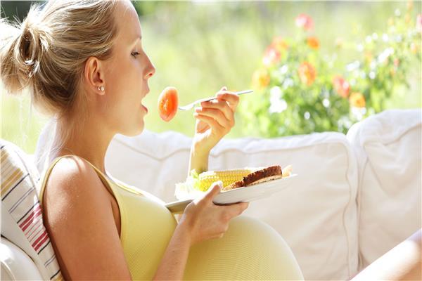 دراسة تحذر..الغذاء الغني بالدهون والسكر أثناء الحمل يضر بقلب الأبناء