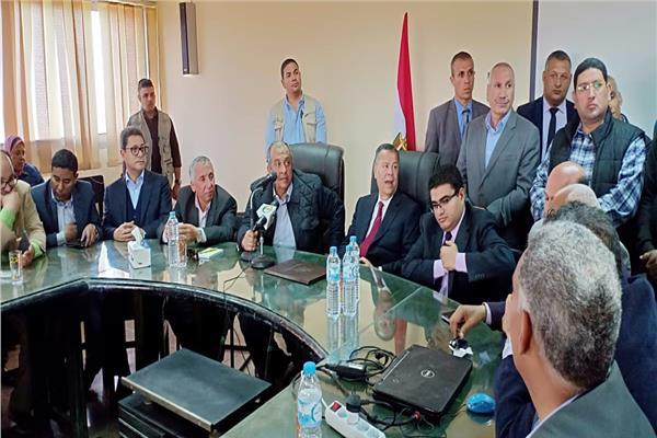 نظرا لتميزهم ..وزير الزراعة يمنح العاملين بمحطة بحوث سدس شهر مكافأة