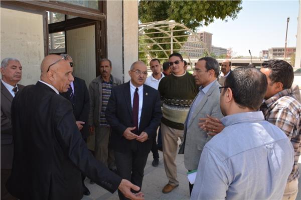 د. طارق الجمال رئيس جامعة أسيوط يتفقد صالات الامتحانات