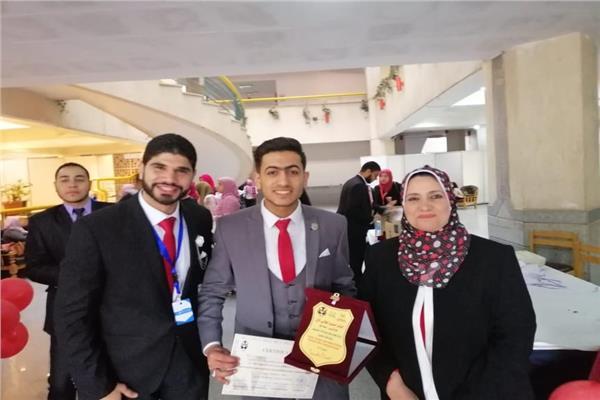 طلاب تمريض دمنهور مع شهادة التقدير