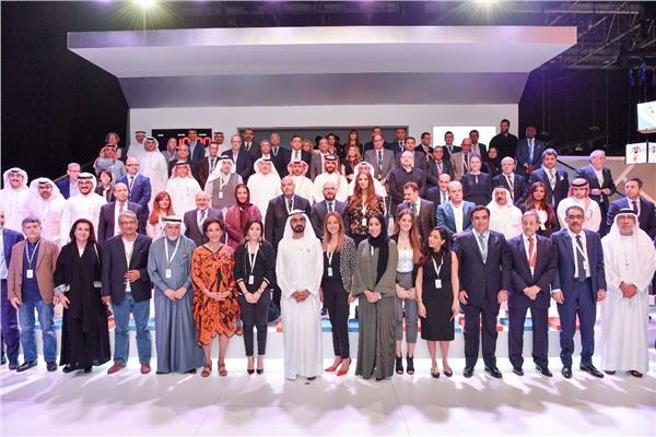 محمد بن راشد يشارك الإعلاميين صورة جماعية بمنتدي الإعلام العربي