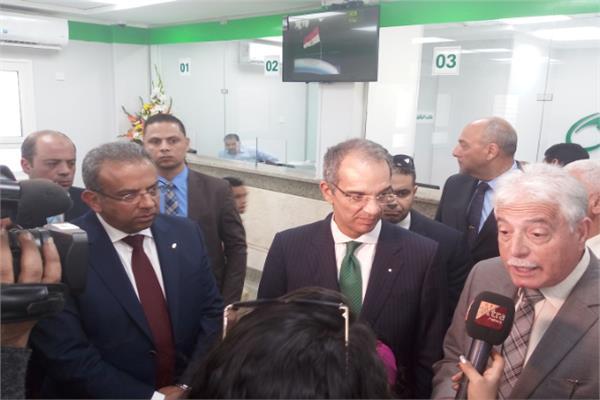 وزير الاتصالات ومحافظ جنوب سيناء خلال افتتاح مكتب بريد الطور
