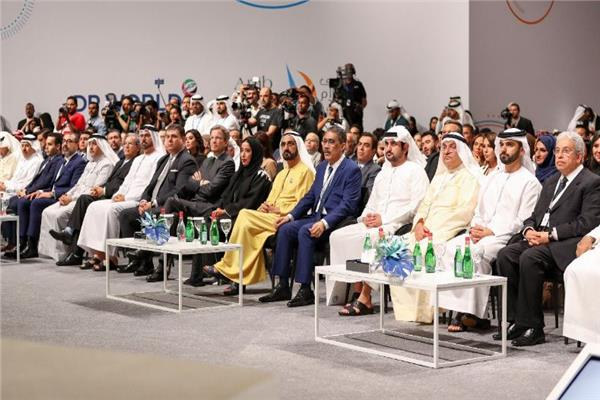 الشيخ محمد بن راشد وضياء رشوان وعدد من الحضور بالحفل
