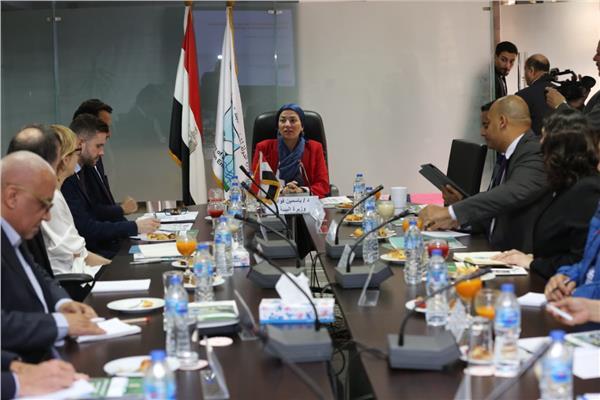 وزيرة البيئة تستعرض نتائج تقييم برنامج المخلفات الصلبة