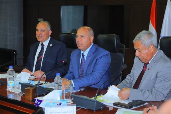 اجتماع موسع بوزارة النقل لوزراء الرى والنقل ومحافظ أسوان