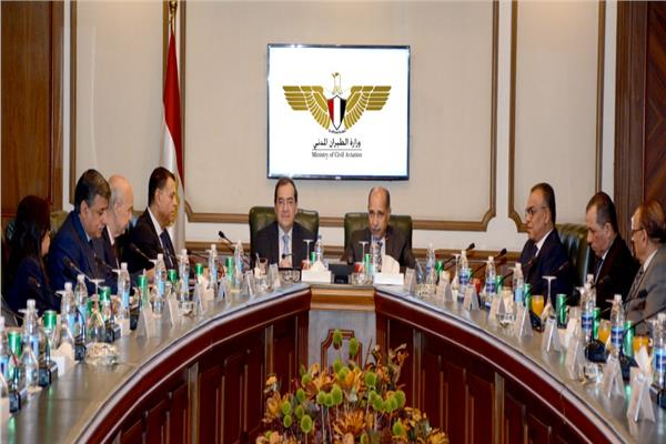 وزيرا الطيران والبترول يبحثان سبل تطوير التعاون المشترك