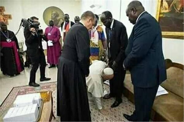 البابا فرنسيس يقبل أقدام زعماء جنوب السودان