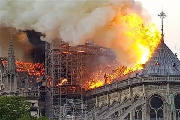 حريق البرج التاريخى بكاتدرائية نوتردام
