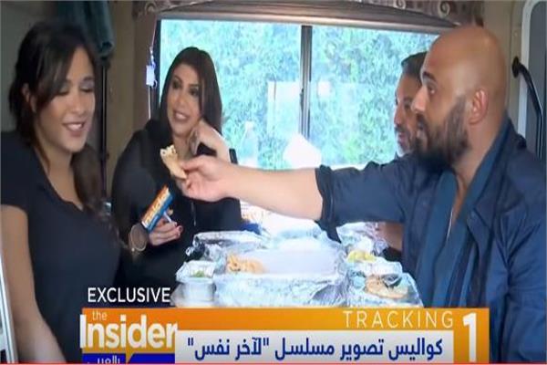 """ياسمين عبد العزيز وفتحي عبد الوهاب يتناولان الرنجا في كواليس """"آخر نفس"""""""