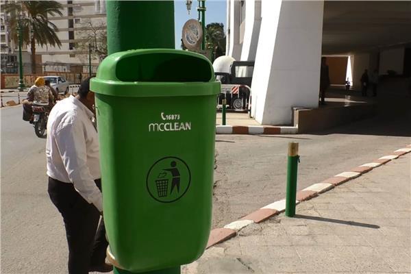 تركيب سلات القمامة في اعمدة الإنارة بشارع الكورنيش