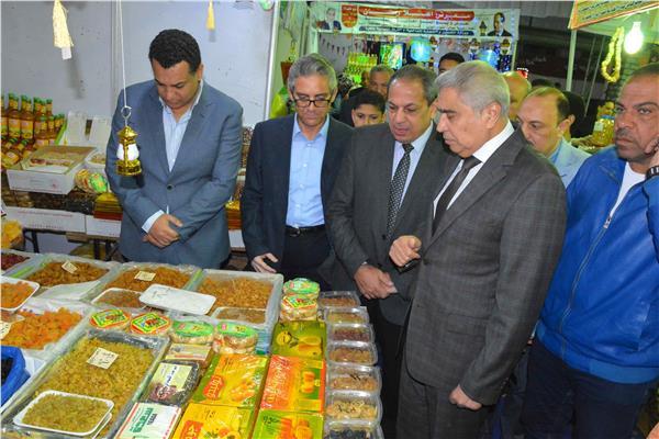 """محافظ المنيا يفتتح معرضي """"أهلا رمضان"""" للسلع الغذائية"""