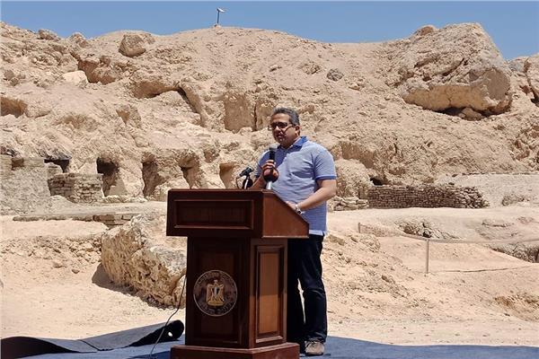 وزير الاثار يسمح للصحفيين بتصوير مقبرة نفرتاري بمناسبة يوم التراث العالمي