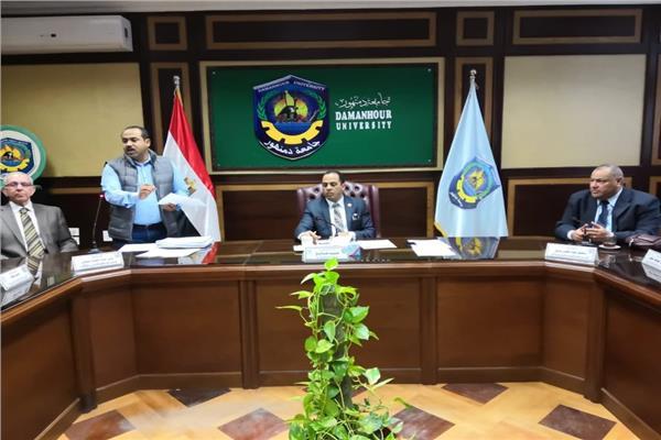 رئيس جامعة دمنهور خلال الاجتماع