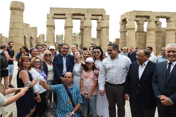 رئيس الوزراء يصافح السياح في الأقصر - أرشيفية