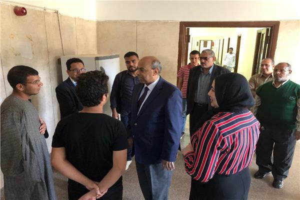 """جولة تفقدية مفاجئة  لـ""""رئيس جامعة المنيا"""" بالمدن الجامعية"""