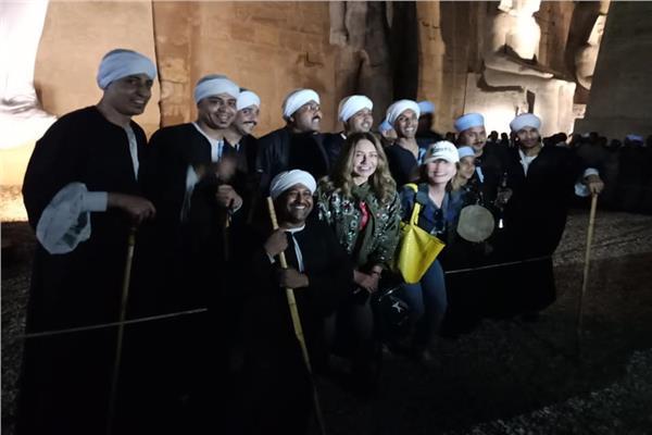 شاهد| يسرا وليلى علوي يلتقطان الصور مع فرقة الصعيد في الأقصر