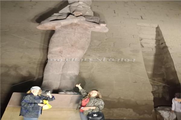يسرا وليلى علوي يلتقطان الصور التذكارية مع تمثل رمسيس الثاني بعد الكشف عنه