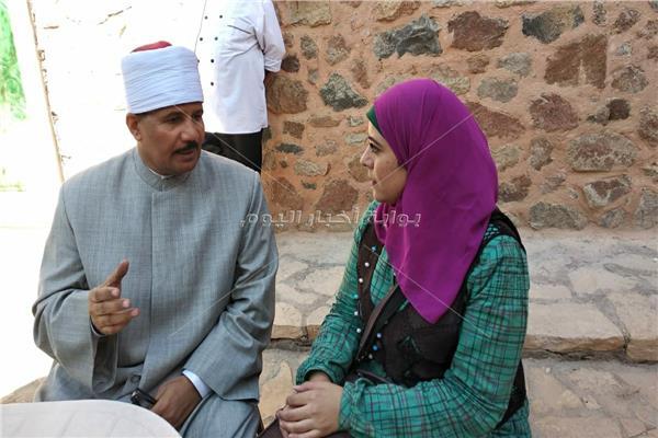 الشيخ إسماعيل الراوي مع محررة بوابة أخبار اليوم
